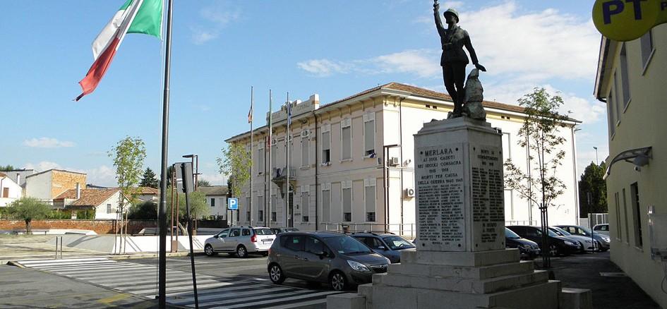 Municipio e monumento ai Caduti di Merlara (Foto Wikipedia)
