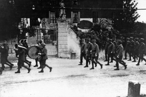 Una parata militare passa di fronte a villa Rigoni Savioli nel 1918